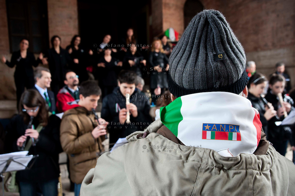 Roma 17 Marzo 2011.Festa dei 150 anni dell'Unita' d'Italia.Ricordo di Goffredo Mameli  organizzato dal Municipio Roma III con  deposizione di una corona di fiori al Monumento funebre a Mameli. Riflessioni, lettura e canti su Risorgimento e Resistenza..Rome March 17, 2011.Celebration To Mark 150th Anniversary Of Unification Italy.In memory of  Goffredo Mameli, organized by the Municipality of Rome III, deposition with a wreath at the Monument to Mameli. Reflections, reading and singing about the Risorgimento and the Resistance.
