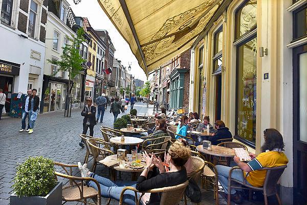 Nederland, Nijmegen, 31-5-2014 Mensen zitten in de zon op een zonnige dag op een terras aan de Lange Hezelstraat, het oude en historische centrum van de stad. Foto: Flip Franssen/Hollandse Hoogte