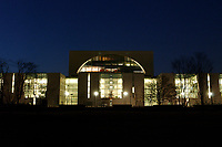 24 MAR 2003, BERLIN/GERMANY:<br /> Bundeskanzleramt, Suedseite bei Sonnenuntergang<br /> Chancellory, seat of the Federal Chancellor of Germany, at sunset<br /> IMAGE: 20030324-04-020<br /> KEYWORDS: Kanzleramt