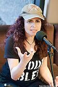 Portrait en direct de Isabelle Longnus lors de l'émission radiophonique Francophonie Express  à  Bar Alice de l'hôtel Omni / Montreal / Canada / 2014-06-17, Photo © Marc Gibert / adecom.ca