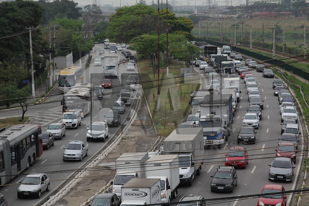 SAO PAULO, SP - 20.10.2014 - TRANSITO S&Atilde;O PAULO - Marginal Pinheiros se encontra congestionada da ponte jo&atilde;o dias at&eacute; regi&atilde;o da berrini na manh&atilde; desta segunda-feira (20) no sentido castelo branco. <br /> <br /> (foto: Fabricio Bomjardim / Brazil Photo Press)