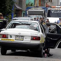 Nezahualcoyotl, Méx.- Lázaro Reyes de 52 años fue asesinado de varios balazos por dos sujetos que lo seguian luego de salir del banco de donde retiro 40 mil pesos, esto en la calle de 15 y cuarta avenida en la colonia Esperanza. Agencia MVT / Juan Garcia.