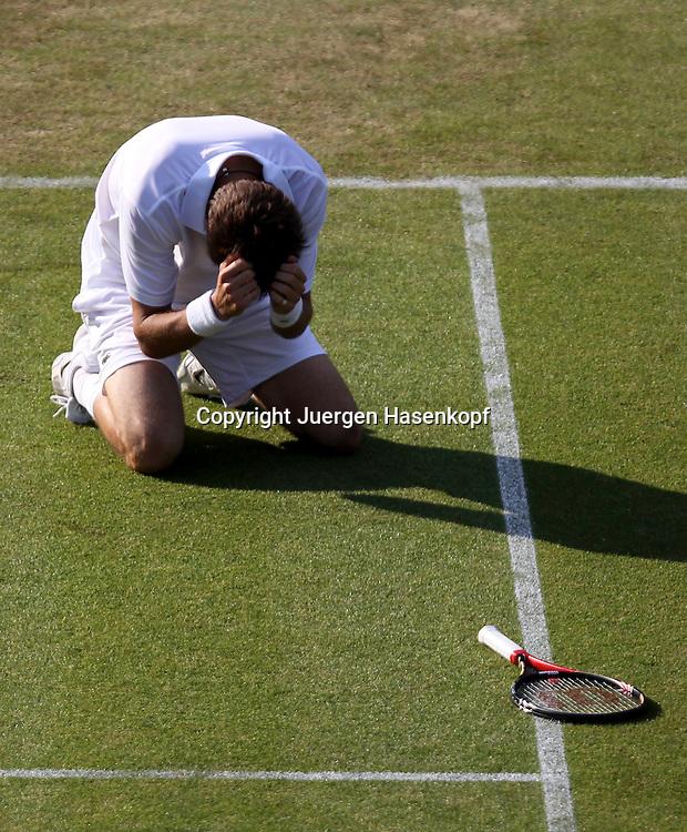 Wimbledon 2010,Sport, Tennis, ITF Grand Slam Tournament, Nicolas Mahut (FRA) laesst sich verzweifelt zu Boden fallen,Emotion,..Foto: Juergen Hasenkopf..