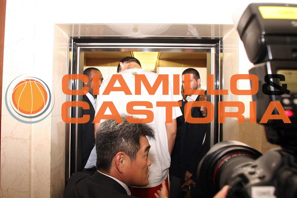 DESCRIZIONE : Sapporo Giappone Japan Men World Championship 2006 Campionati Mondiali Opening Cerimony Cerimonia d'Apertura<br />GIOCATORE : Ming<br />SQUADRA : China Cina<br />EVENTO : Sapporo Giappone Japan Men World Championship 2006 Campionato Mondiale Opening Cerimony Cerimonia d'Apertura<br />DATA : 18/08/2006 <br />CATEGORIA : Ritratto<br />SPORT : Pallacanestro <br />AUTORE : Agenzia Ciamillo-Castoria/G.Ciamillo