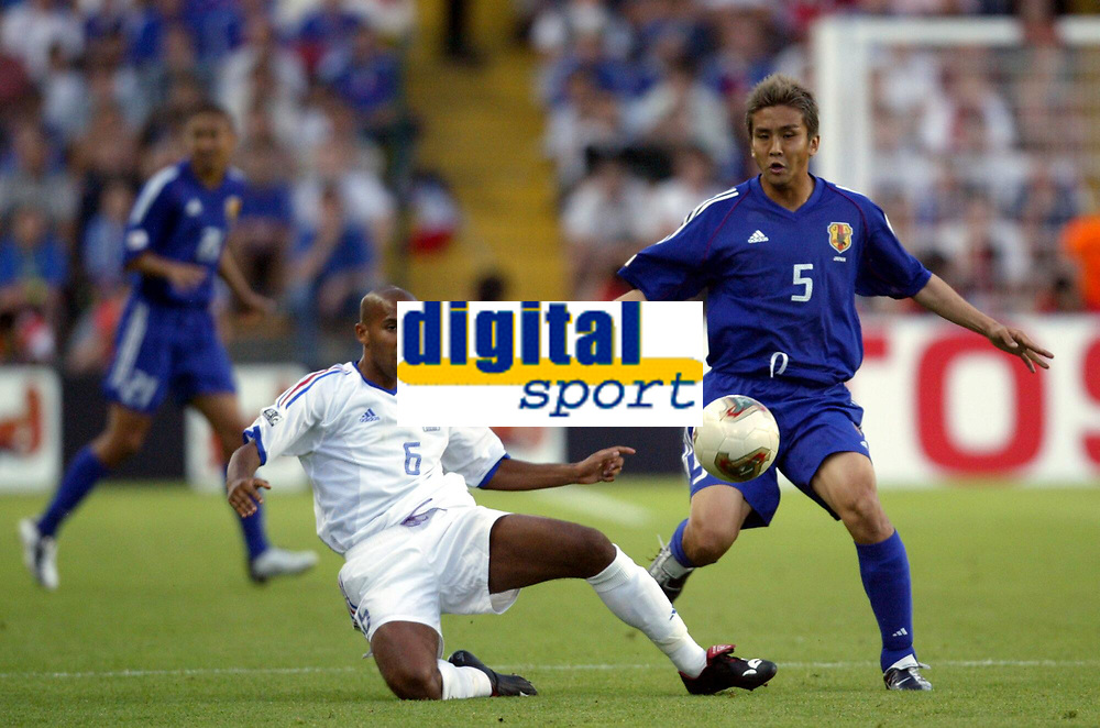 FOOTBALL - CONFEDERATIONS CUP 2003 - GROUP A - FRANKRIKE v JAPAN - 030620 - OLIVIER DACOURT (FRA) / JUNICHI INAMOTO (JAP) - PHOTO GUY JEFFROY / DIGITALSPORT