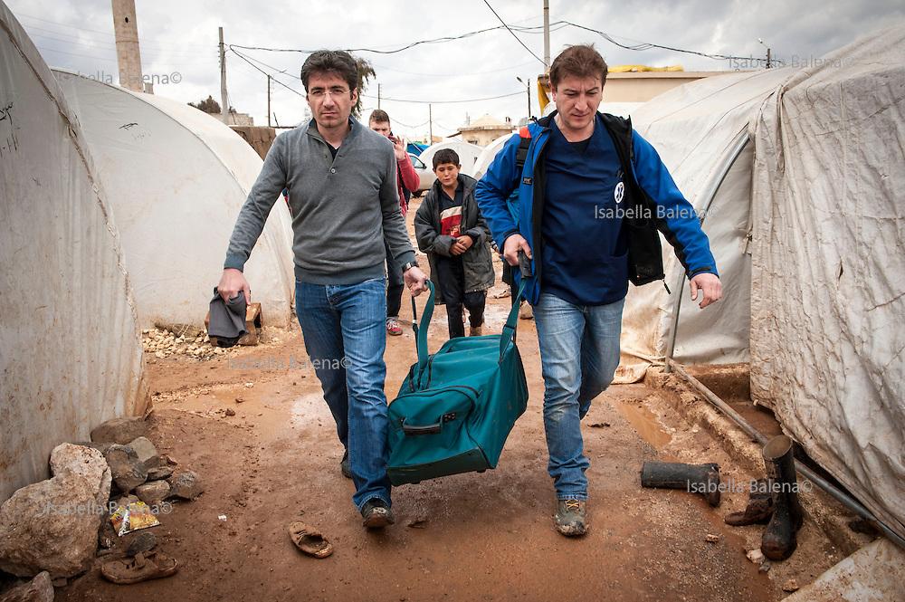 Time4life, organizzazione di volontariato italiana operante in Siria nel campo profughi di Bab al Salam, presso Azaz. Time4life Italian humanitarian organization operating in Syria at the refugee camp Bab al Salam, close to Azaz. Firas Kyasa and Renato De Fazio.