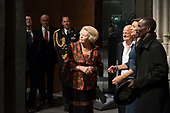Prinses Beatrix bij opening tentoonstelling Magisch Afrika
