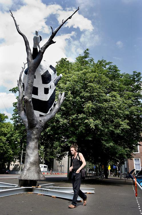Nederland. Den Haag, 5 juni 2007.<br /> Den Haag Sculptuur, het eerste beeld staat' Het is &quot; Cow up a tree&quot; van John Kelly, op de kruising Tournooiveld/ Lange Houtstraat.<br /> Foto Martijn Beekman <br /> NIET VOOR TROUW, AD, TELEGRAAF, NRC EN HET PAROOL