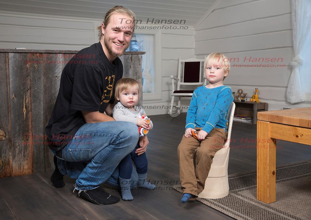 SUDNDALEN, 20160120: Andreas Håtveit med kona Elise og barna Syver og Torbjørn.  FOTO: TOM HANSEN