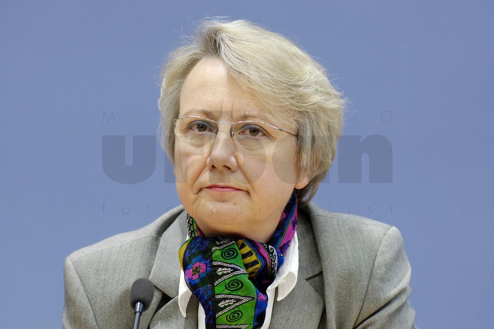 21 FEB 2006, BERLIN/GERMANY:<br /> Annette Schavan, CDU, Bundesministerin f&uuml;r Bildung und Forschung, waehrend einer Pressekonefernz zum Bericht des UN-Sonderberichterstatters, Bundespressekoneferenz <br /> IMAGE: 20060221-02-013