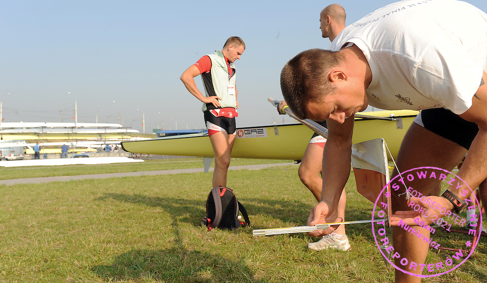 (R) MARCIN BRZEZINSKI (POLAND) FROM THE MEN'S EIGHT SETS HIS OAR ONE DAY BEFORE REGATTA EUROPEAN ROWING CHAMPIONSHIPS IN BREST, BELARUS...BREST , BELARUS , SEPTEMBER 17, 2009..( PHOTO BY ADAM NURKIEWICZ / MEDIASPORT )..PICTURE ALSO AVAIBLE IN RAW OR TIFF FORMAT ON SPECIAL REQUEST.