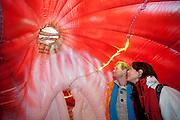 Op het Domplein in Utrecht staat een opblaasbaar hart, waarin bezoekers kunnen zien hoe een hart werkt en er van binnen uitziet. De Hartstichting en De Hart &amp; Vaatgroep willen het wetenschappelijk onderzoek onder de aandacht brengen. Tot en met maart 2012 staat het hart op verschillende plekken.<br /> <br /> A man and woman are looking at the aorta in an inflatable heart at the Domplein in Utrecht. The Hartstichting wants to raise awareness of the need of scientific research on the heart.