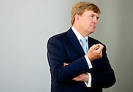 "AMSTERDAM - King Willem-Alexander looks at a 3 d printer, and get a 3d gift. King Willem-Alexander was present at the celebration of 100 years of Shell Technology Centre Amsterdam (STCA). On Wednesday July 2 The theme of the 100th anniversary is' Shaping the future of energy through innovation. "" COPYRIGHT ROBIN UTRECHT"