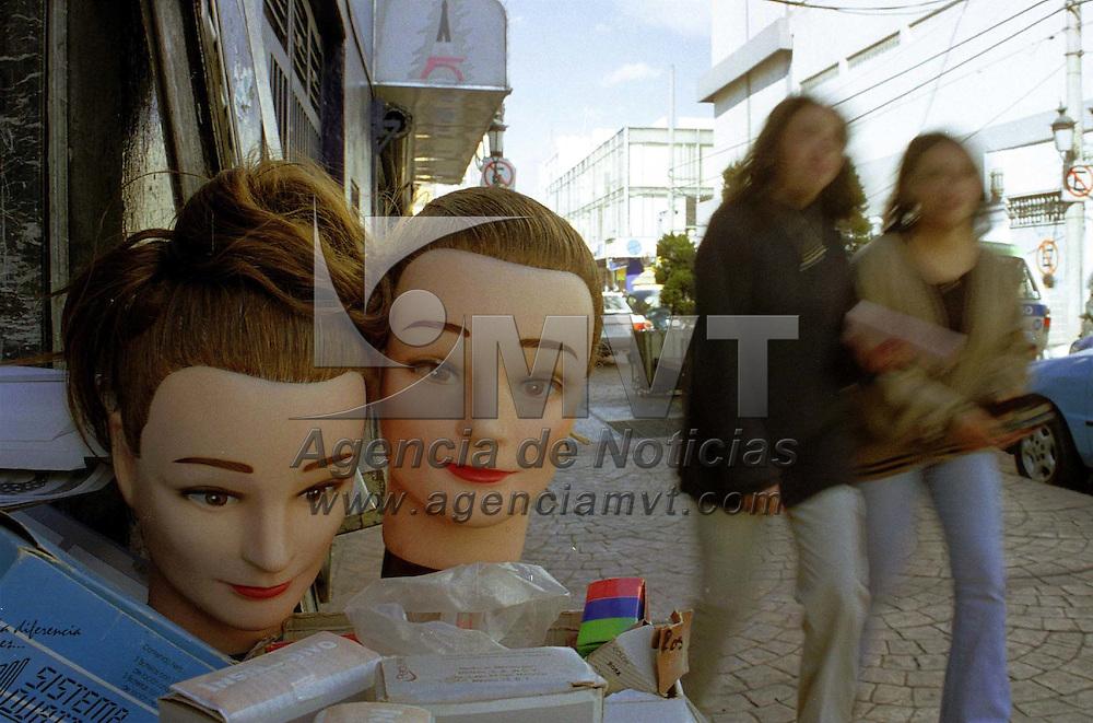 Toluca, Méx.- Testigos mudos de la cotidaneidad en el centro de Toluca. Agencia MVT / Mario Vázquez de la Torre.