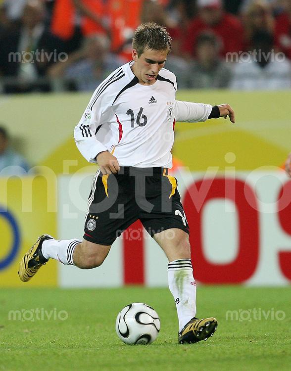 Fussball   WM 2006   Nationalmannschaft Deutschland Philipp LAHM (Deutschland), Einzelaktion am Ball