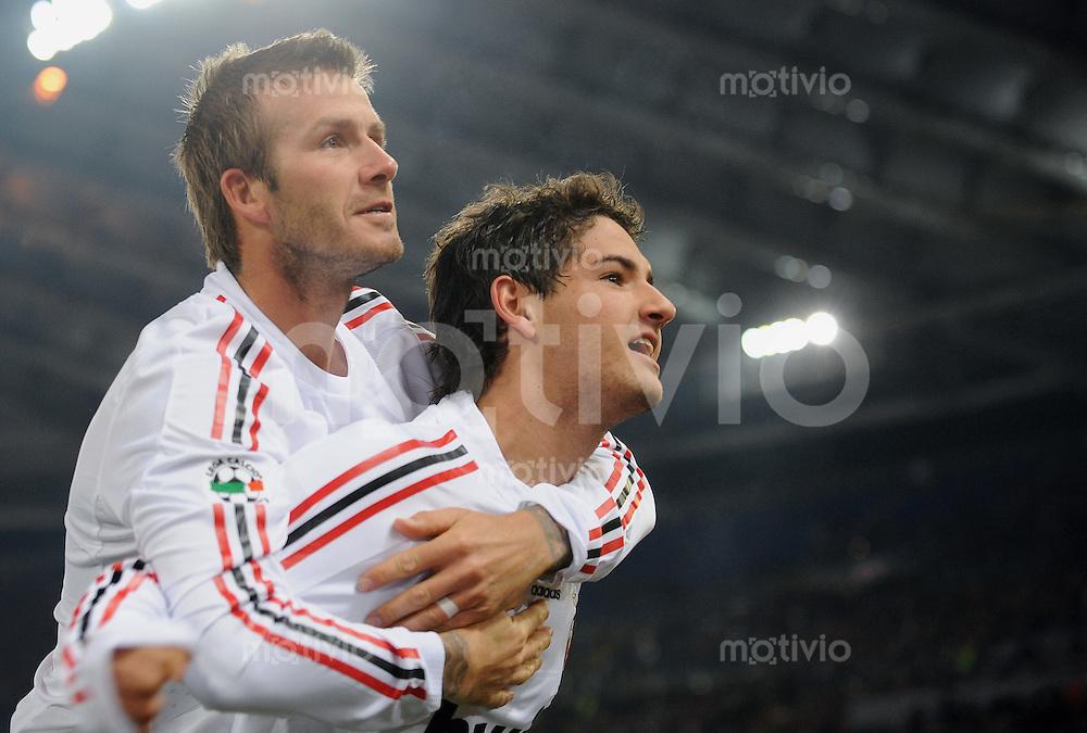FUSSBALL INTERNATIONAL   SERIE A   SAISON 2008/2009   11.01.2009 AS Rom - AC Mailand Alt und Jung; David Beckham (li, AC Mailand) umarmt Pato (AC Mailand)