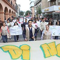 Toluca, Mexico.- Jóvenes marcharon por la ciudad de Toluca como parte de las actividades del Día de la Juventud, algunos manifestaron necesidades de educación, salud, entre otras cosas, al mismo tiempo invitaron a otros jóvenes a realizar actividades artísticas y alejarse de las drogas. Agencia MVT / José Hernández