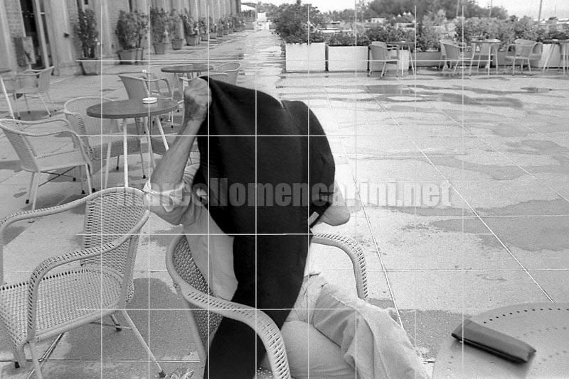 Venice Film Festival, 1980. French director Robert Bresson at the Hotel Excelsior hiding his face with a sweater to avoid being photographed / Mostra del Cinema di Venezia, 1980. Il regista Robert Bresson all'Hotel Excelsior, mentre si nasconde la faccia con un maglione per non essere fotografato - © Marcello Mencarini