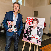 NLD/Amsterdam/20170201 -  Lancering All You Need Is Love Magazine, Robert ten Brink met het magazine