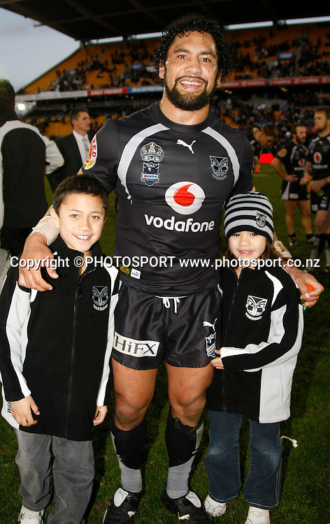 Warriors prop Ruben Wiki celebrates his final home game with his children. NRL, Vodafone Warriors v Penrith  Panthers, Mt Smart Stadium, Auckland, Sunday 31 August 2008. Photo: Andrew Cornaga/PHOTOSPORT