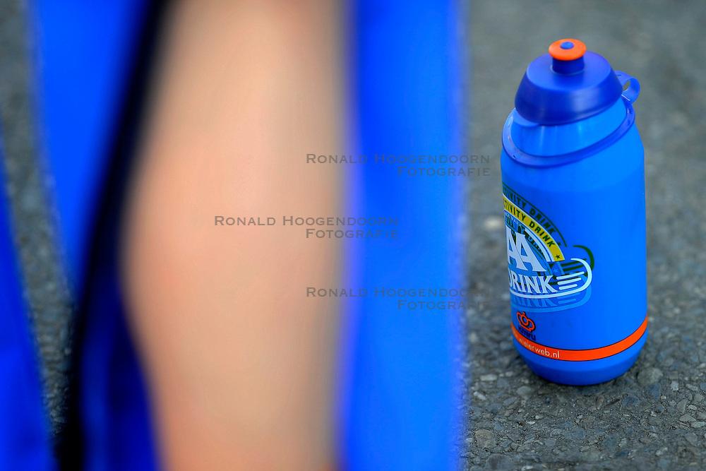 31-01-2009 VELDRIJDEN: WK BELOFTEN: HOOGERHEIDE<br /> item veldrijden bidon oranje illustratief<br /> &copy;2009-WWW.FOTOHOOGENDOORN.NL