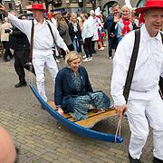 """NLD/Alkmaar/20180518 - Perspresentatie """"Nederland staat op tegen kanker"""" officiele start, Marlijn Weerdenburg zittend op een berrie"""