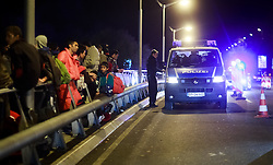 27.09.2015, Grenzübergang, Freilassing, AUT, Fluechtlingskrise in der EU, im Bild Flüchtlinge kommen von der Grenze aus Österreich und werden von Polizisten begleitet // Migrants come to Germany from the Austrian Border, with Police. Thousands of refugees fleeing violence and persecution in their own countries continue to make their way toward the EU, border crossing, Freilassing, Germany on 27.09.2015. EXPA Pictures © 2015, PhotoCredit: EXPA/ JFK