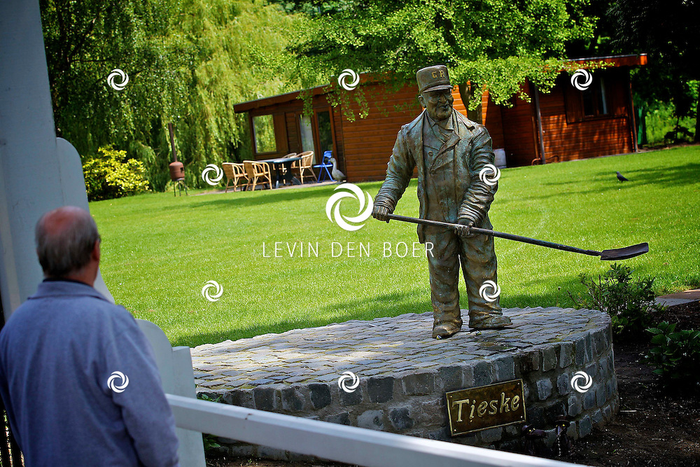 ZALTBOMMEL - Standbeeld voor Tieske de Putjesschepper, oftewel Martinius Muller. Hij werkte tot zijn 77ste jaar als putjesschepper in Zaltbommel. FOTO LEVIN DEN BOER - PERSFOTO.NU