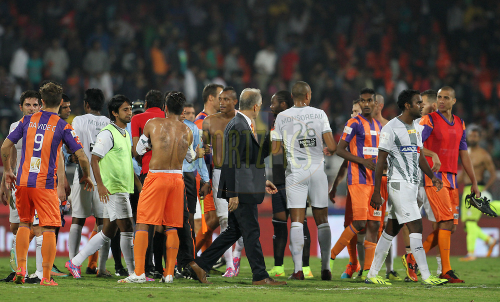 FC Pune City and Atletico de Kolkata players shake hands after the match 44 of the Hero Indian Super League between FC Pune City and Atletico de Kolkata FC held at the Shree Shiv Chhatrapati Sports Complex Stadium, Pune, India on the 29th November 2014.<br /> <br /> Photo by:  Vipin Pawar/ ISL/ SPORTZPICS