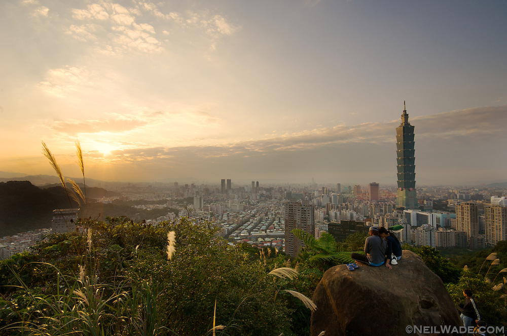 Sunset across the taipei skyline as seen from Elephant Mountain, Taipei, Taiwan.