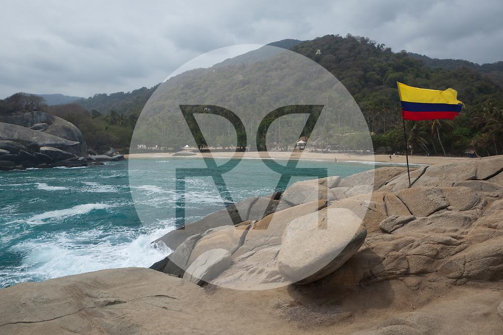 KOLUMBIEN - PARK TAYRONA - Kolumbianische Flagge und Kakteen am Strand in 'El Cabo de San Juan' im Tayrona Nationalpark -  08. April 2014 © Raphael Hünerfauth - http://huenerfauth.ch