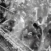 Les pélerins font des offrandes et rajoutent de l'huile dans les petits bougeoires en terre cuite. Dakshin Kali, Népal. 2008
