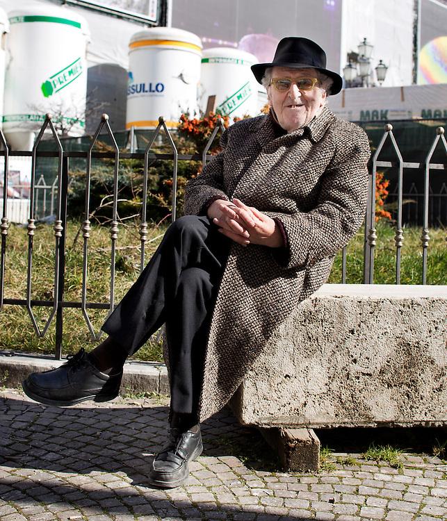 Professore Raffaele Colapietra non ha mai lasciato la citt&agrave; dell'Aquila<br /> <br /> Professore Raffaele Colapietra never left the<br /> L'Aquila from after earthquake