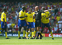 Photograph: Scott Heavey.<br />FA Community Shield fomr the Millenium Stadium in Cardiff. 10/08/2003.<br />Referee Steve Bennett gives Francis Jeffers his marching orders.