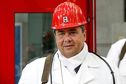 Sigmar Gabriel (SPD), in dessen Wahlkreis das havarierte Atommülllager ASSE II liegt, nutzt den Besuch des neuen Bundesumweltministers Peter Altmaier (CDU) zu einem weiteren medialen Auftritt. <br /> <br /> Ort: ASSE<br /> Copyright: Michaela Mügge<br /> Quelle: PubliXviewinG