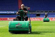 Terreinmeesters Remy de Milde en Abdoel Boutahar verzorgen het veld van De Kuip, het stadion van Feyenoord. Greenkeepers Remy de Milde and Abdoel Boutahar working at stadium 'De Kuip', home of Feyenoord. COPYRIGHT GERRIT DE HEUS