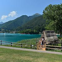 Turisti in visita alla Palafitta dello Sciamano sul Lago di Ledro