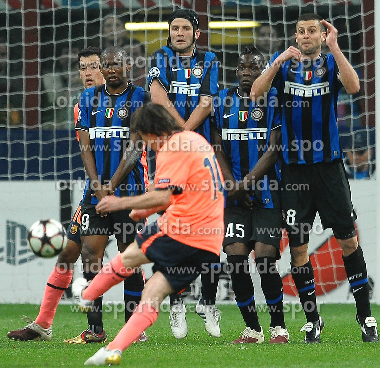 20.04.2010, Giuseppe Meazza Stadion, Mailand, ITA, UEFA CL, Inter Mailand vs FC Barcelona im Bild Lionel MESSI schiesst Richtung Mauer und Tor, EXPA Pictures © 2010, PhotoCredit: EXPA/ InsideFoto/ Andrea Staccioli / SPORTIDA PHOTO AGENCY