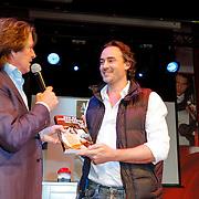 NLD/Hilversum/20120507 - Top40 Hitdossier, Erik de zwart overhandigd het eerste exemplaar van Hitdossier aan Jeroen Nieuwenhuizen