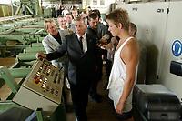 """12 AUG 2003, FUERSTENWALDE/GERMANY:<br /> Wolfgang Clement, SPD, Bundeswirtschaftsminister, laesst sich von einem Azubi die Funktion einer Maschine erklaeren, waehrend dem Besuch des Saegewerkes Fuerstenwalde, im Rahmen der Ausbildungstour """"Vorfahrt fuer Lehrstellen<br /> IMAGE: 20030812-01-079<br /> KEYWORDS: Auzbis, Auszubildungsplatzoffensive, Lehrstelleninitiative, Fürstenwalde, Sägewerk, Auszubildender"""