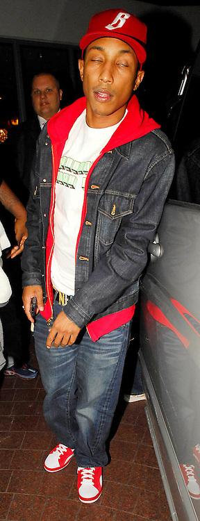 25.SEPTEMBER.2007. LONDON<br /> <br /> HIP HOP STAR PHARRELL WILLIAMS LEAVING 24 CLUB, SOHO AND THEN ARRIVING BACK AT HIS HOTEL.<br /> <br /> BYLINE: EDBIMAGEARCHIVE.CO.UK<br /> <br /> *THIS IMAGE IS STRICTLY FOR UK NEWSPAPERS AND MAGAZINES ONLY*<br /> *FOR WORLD WIDE SALES AND WEB USE PLEASE CONTACT EDBIMAGEARCHIVE - 0208 954 5968*