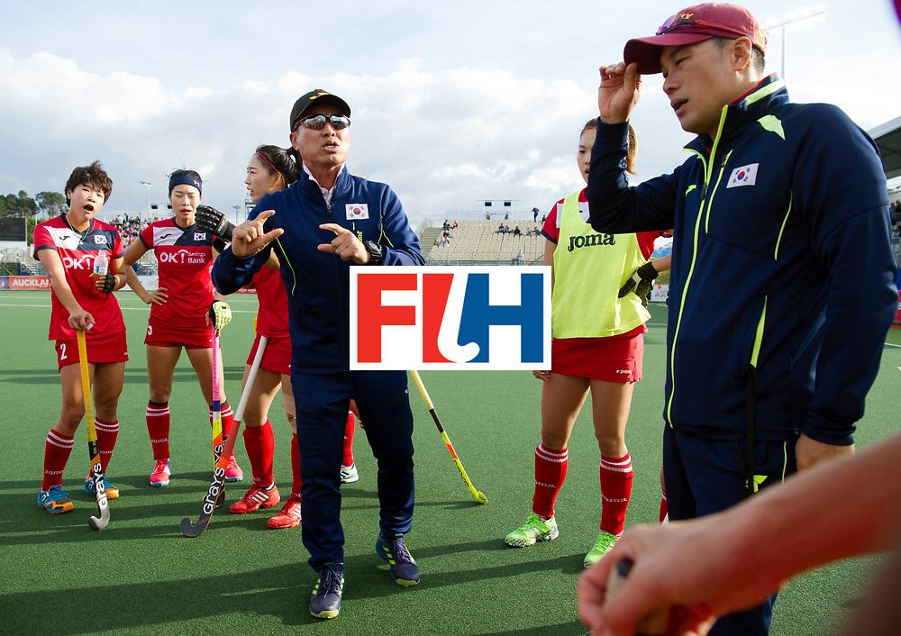 AUCKLAND - Sentinel Hockey World League final women<br /> Match id 10291<br /> USA v KOR (Pool A)<br /> Foto:  Korea coach in the break.<br /> WORLDSPORTPICS COPYRIGHT FRANK UIJLENBROEK
