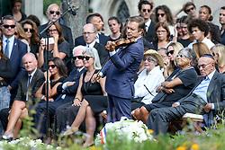 Beerdigung von Sonia Rykiel auf dem Friedhof Montparnasse in Paris / 010916 *** French violinist Renaud Capucon plays the violin during the funeral of the late French fashion designer Sonia Rykiel, at the Montparnasse cemetery in Paris, France, September 1 2016.