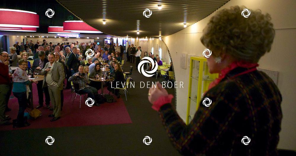 ETTEN-LEUR - In de schouwburg was een avondvullend programma door Faulty Towers The Dining Experience. Met hier op de foto  Alison Pollard-Mansergh (Sybil). FOTO LEVIN DEN BOER - PERSFOTO.NU