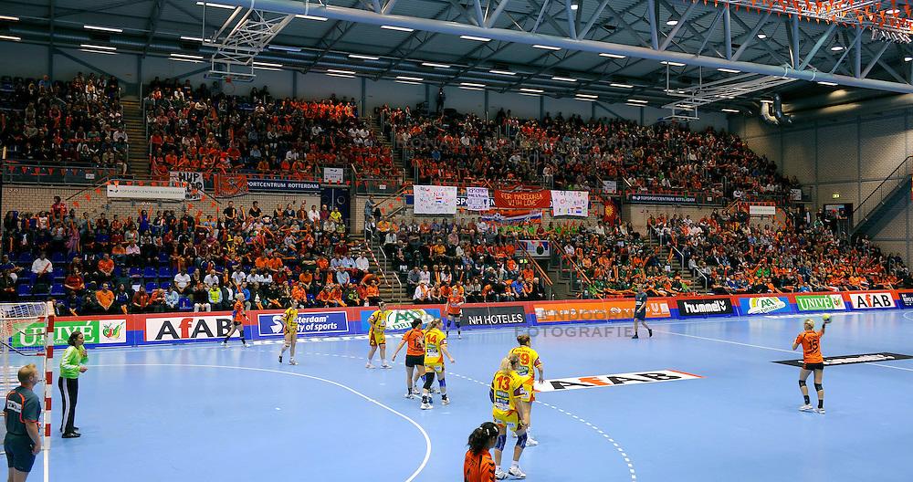 18-10-2009 HANDBAL: NEDERLAND - MACEDONIE: ROTTERDAM<br /> Nederland speelt met 20-20 gelijk tegen Macedonie / Topsporthal Rotterdam was goed gevuld met Oranje support<br /> &copy;2009-WWW.FOTOHOOGENDOORN.NL