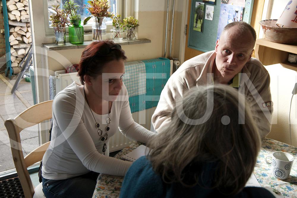 OMMEN - Ommen Samen Sterk<br /> Foto: Jessica en Henk Coree interviewen een persoon met een kleine beurs.<br /> FFU PRESS AGENCY COPYRIGHT FRANK UIJLENBROEK