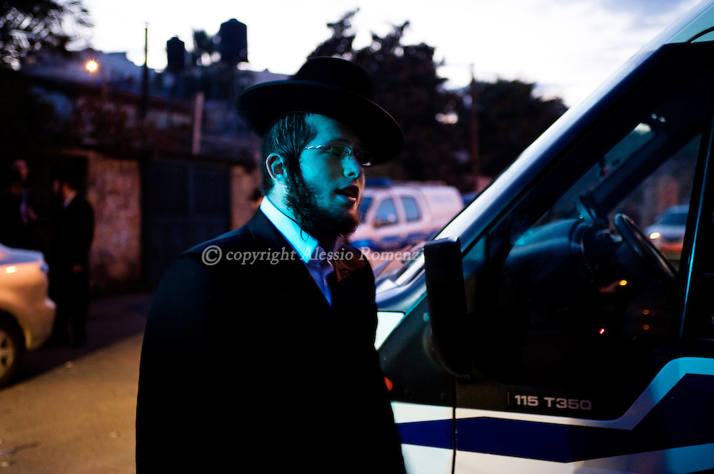 Jerusalem: An Israeli orthodox Jews stand in front of the disputes house in  Jerusalem's Sheikh Jarrah neighborhood at the beginning of the Shabbat on December 11, 2009..© ALESSIO ROMENZI