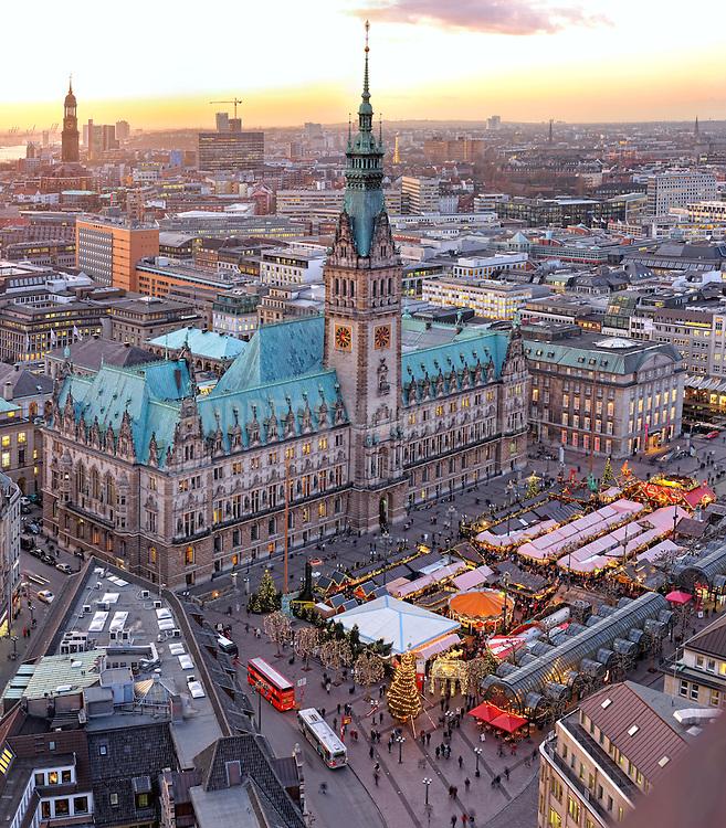 Rathaus und Rathausmarkt mit Weihnachtsmarkt und festlicher Beleuchtung am Nachmittag