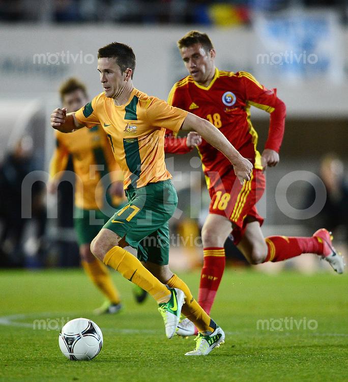 FUSSBALL INTERNATIONAL  Testspiel   Rumaenien - Australien        07.02.2013 Matty McKay (li, Australien) am Ball gegen Mihai Raduj (Rumaenien)