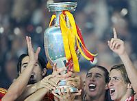 FUSSBALL EUROPAMEISTERSCHAFT 2008 FINALE Deutschland - Spanien    29.06.2008 David SILVA, Sergio RAMOS und Fernando TORRES (ESP, v.l.) mit dem Pokal.